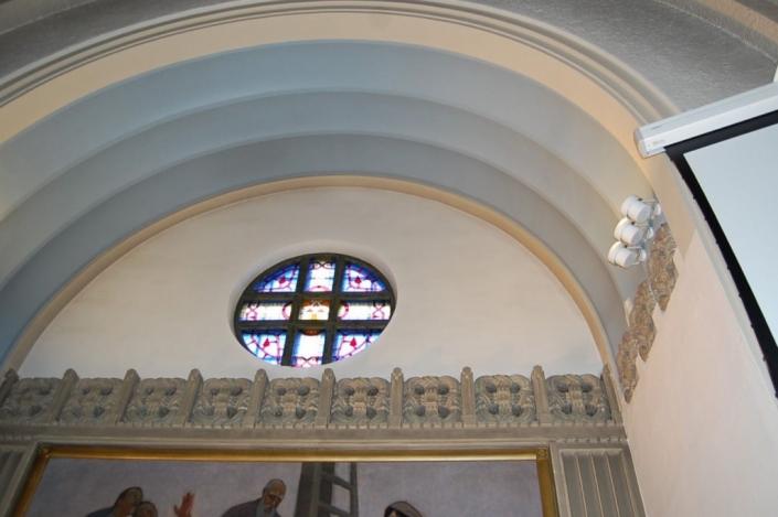 Alavuden kirkon alttarikaari ennen koristemaalauksen esiin ottoa