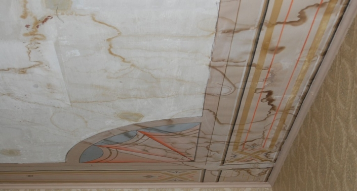 Pinkopahvikatto ennen korjaustöitä. Kattoa on kohdannut vesivahinko. Maalauspohjana on pinkopahvi ja maalina liitumaali, joka on erittäin herkkä kosteudelle.