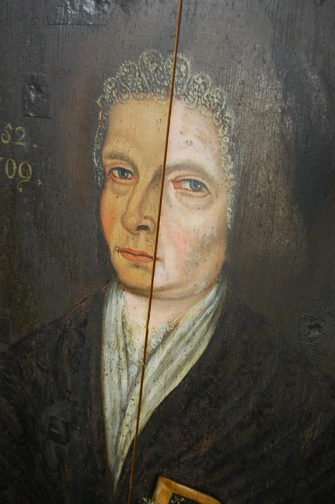 Puulle maalattu epitafi, kasvojen oikelta puolelta on poistettu tummunut ja paksu kerros vernissaa.