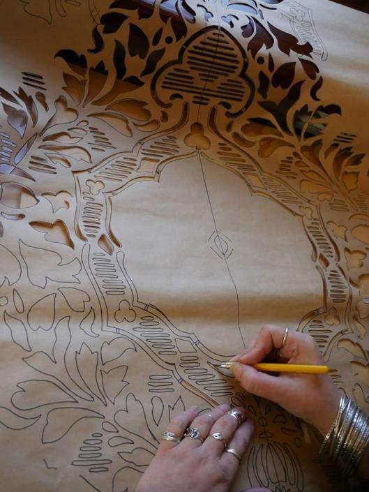 Sabluunan valmistusta seinämaalauksen paikattujen suurimpien vauriokohtien täydentämistä varten.
