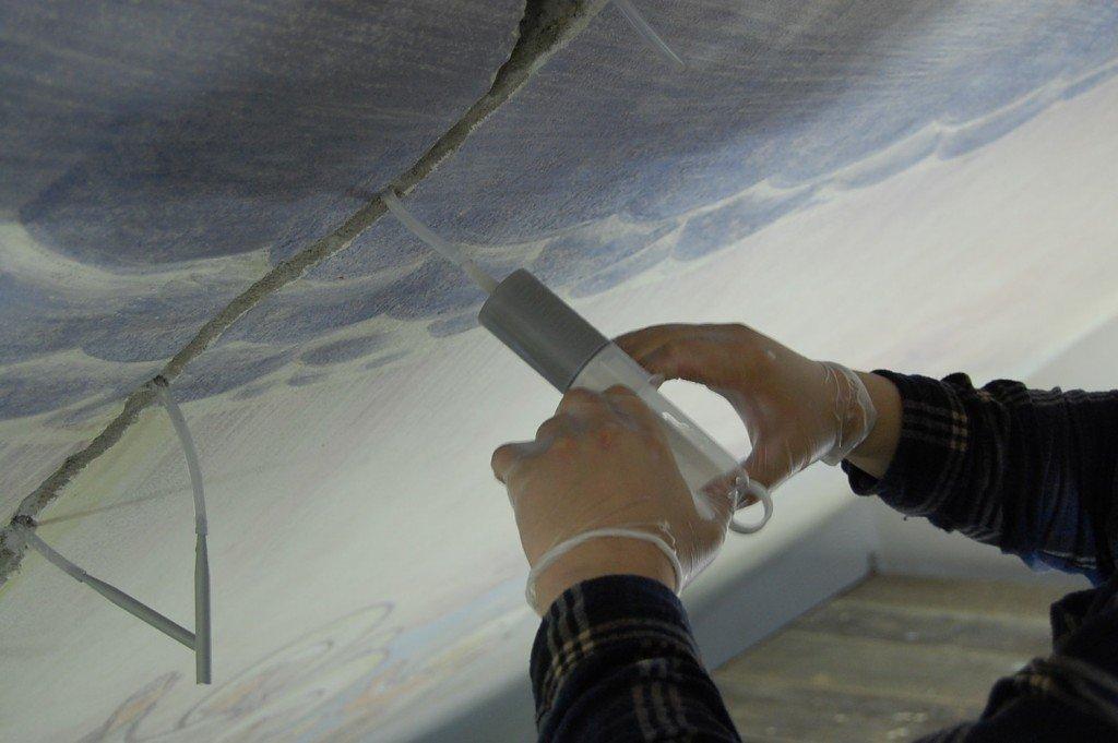Kuusamon kirkon seinä- ja kattomaalausten konservointiprojekti 2012, detalji; halkeaman täyttöä.