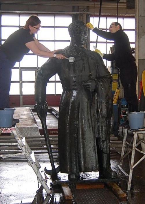 Nahkuri-patsaan pesu