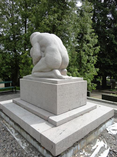 Saksalainen sotilas-muistomerkki pesun jälkeen ennen saumausta ja halkeamien täyttöä