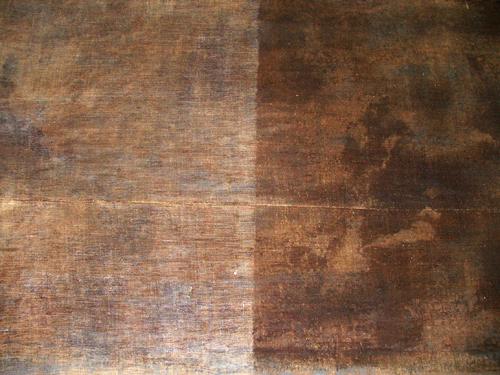 Taulun takaosa. Vasemmalta puolelta on poistettu vanhaa liimaa ja lakkaa.